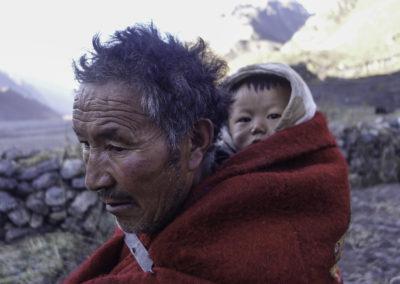 Portrait d'un grand père et de son petit fils, Yangma, 4200m, Népal (pas loin du Kangchenjunga)