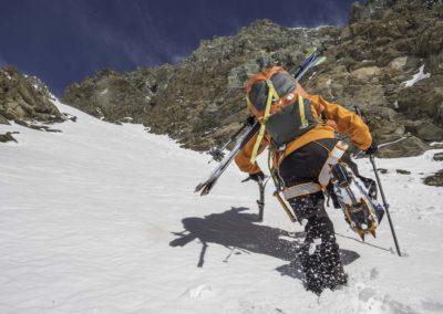 David remonte un couloir en neige pour atteindre la Pointe Noire de la Grivola, Grand Paradis, Italie
