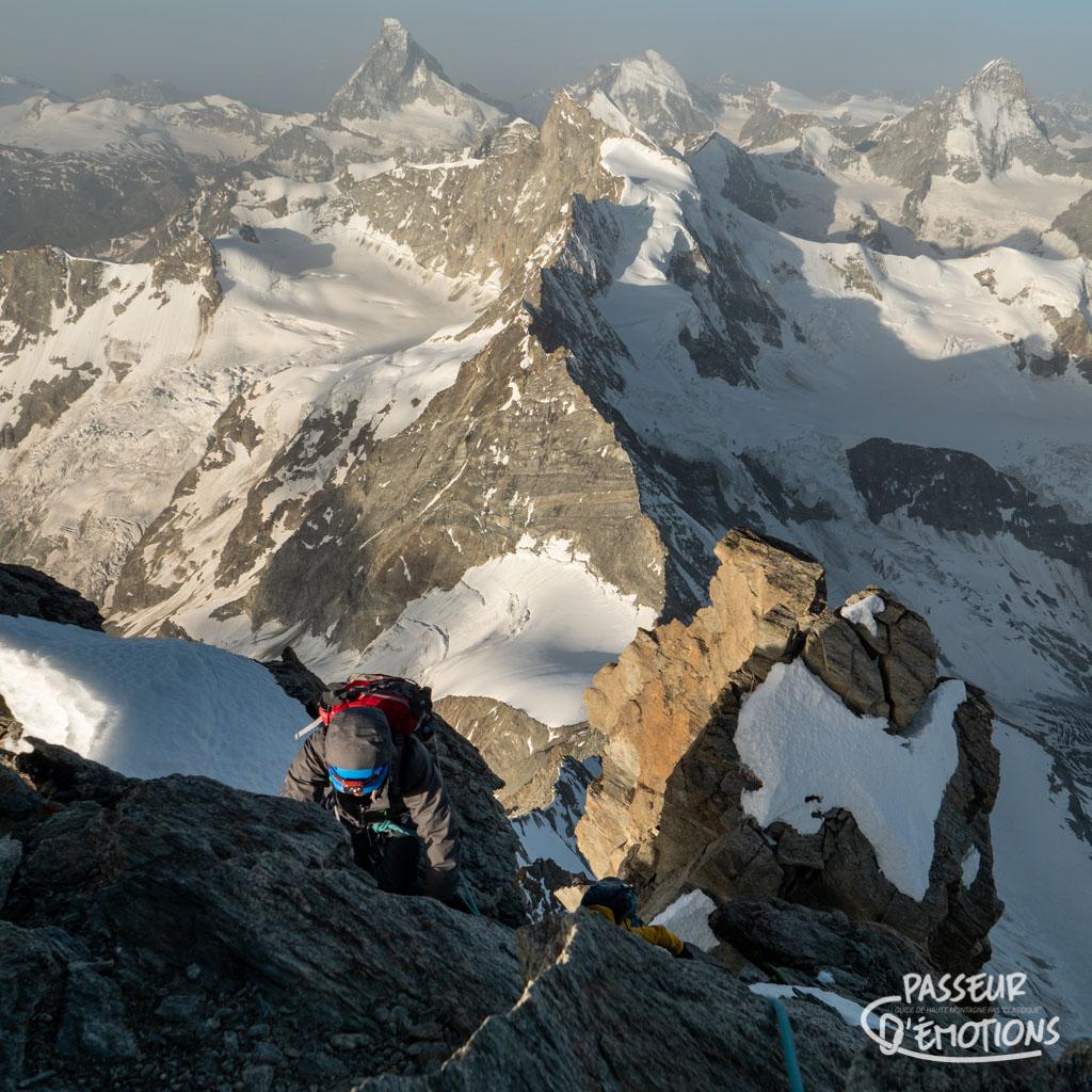 Jeff arrive au sommet, et on voit tout l'enchaînement déjà réalisé (Obergabelhorn, Zinalrothorn, Schallihorn)