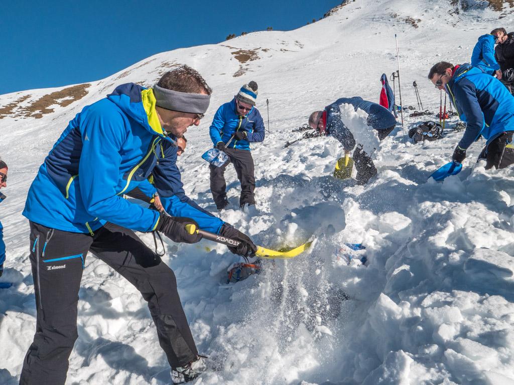 Pelletage lors d'un exercice de recherche de victime d'avalanche