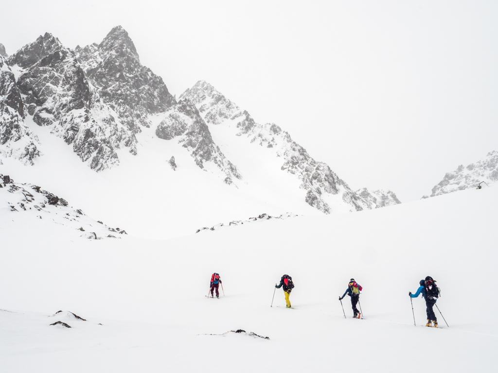 Quand on relève la tête, malgré la météo, on aperçoit moulte possibilités de couloirs à skier