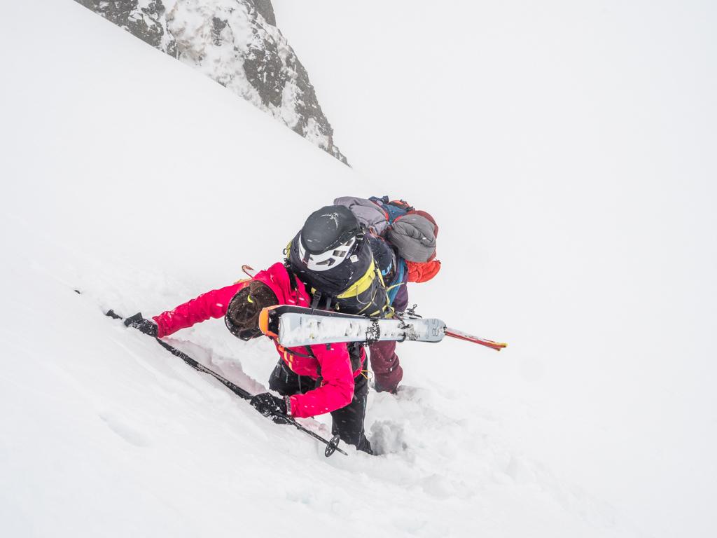 Skis sur le dos, avec des sacs déjà bien lourds, c'est très lourds à la fin !