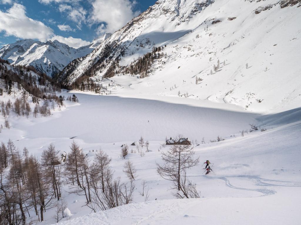 Descente vierge sur un lac glacé et abandonné l'hiver