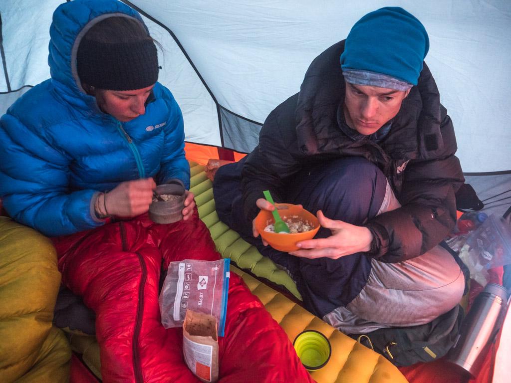 Ambiance dans la tente, au chaud dans les duvets pour le petit déjeuner