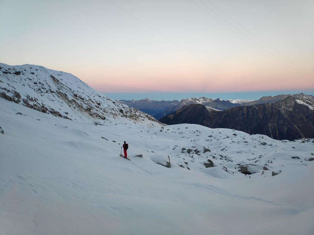 A l'approche en ski de la goulotte de bon matin, on commence à comprendre pourquoi on s'est levé tôt