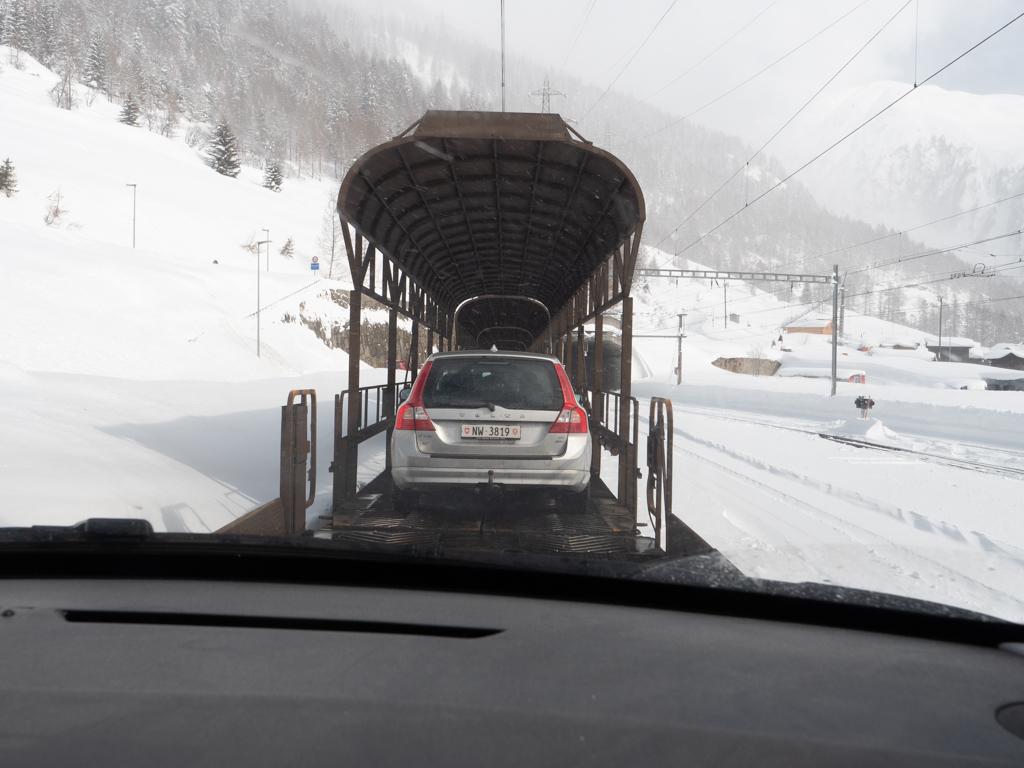 Et hop, la voiture sur le train. Pour ça, en Suisse, ils sont vraiment forts avec ce ferroutage pour passer d'une vallée à l'autre. Et ça contribue tellement au voyage !