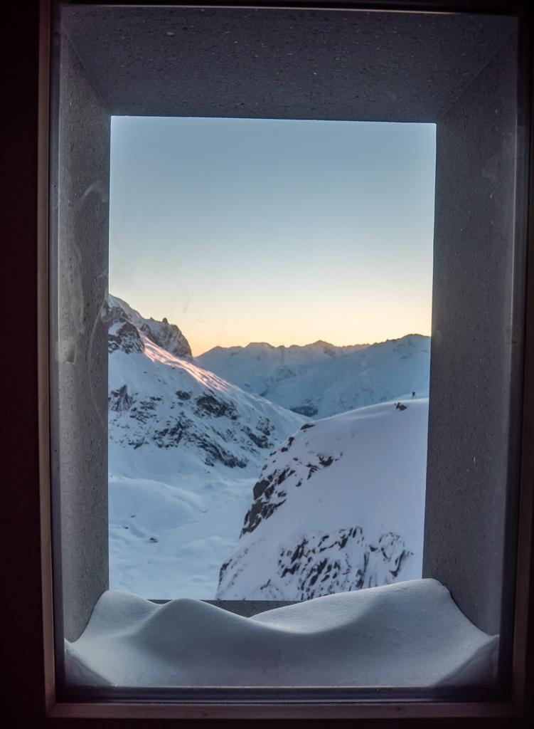 Lever de soleil depuis la fenêtre de notre chambre de l'AlbertHeim hütte.