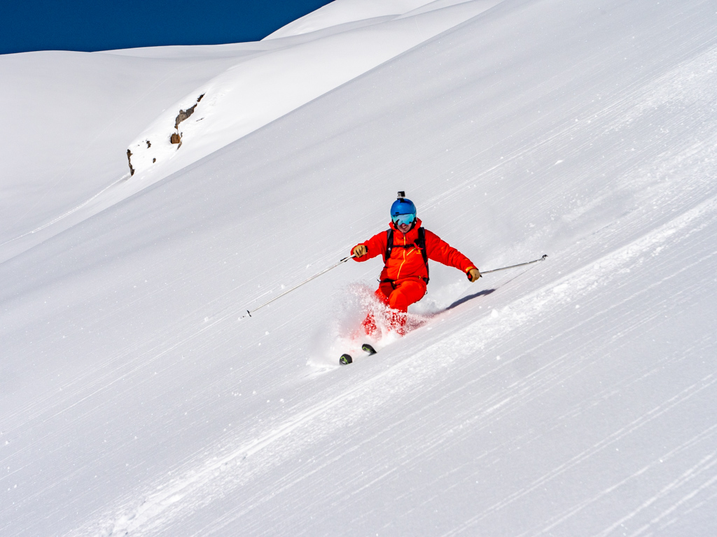Flo fait péter la technique à la descente. Ca se voit les skieurs qui ont fait de la compétition quand ils étaient plus jeunes.