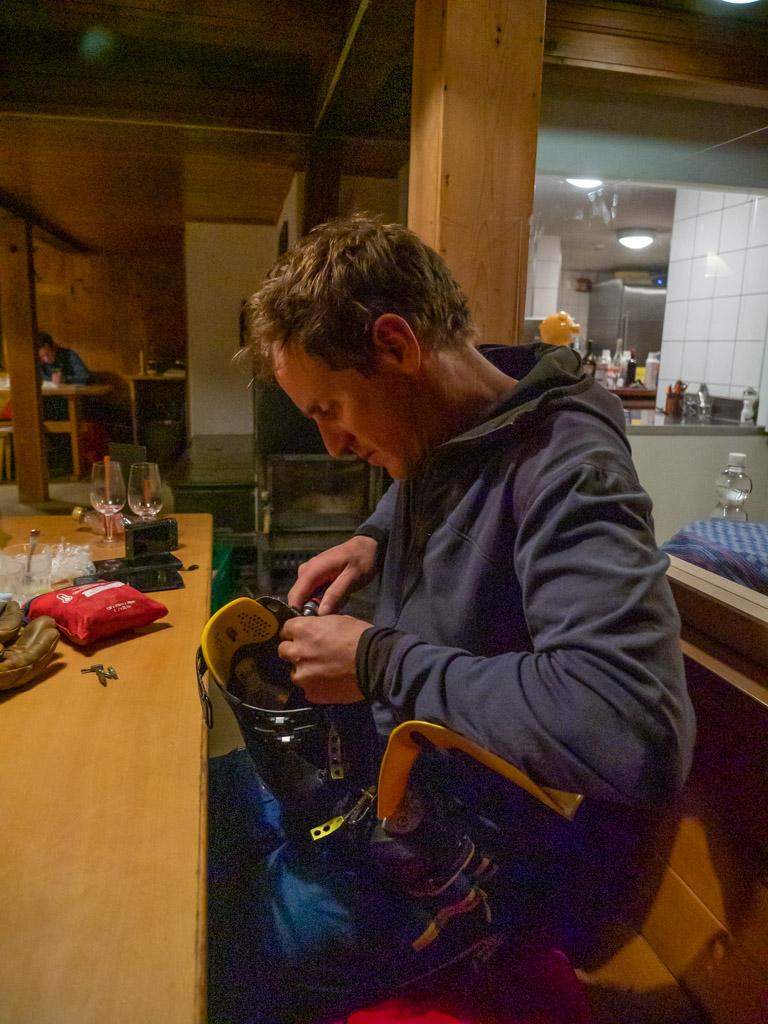 Réparation de chaussures avec le kit de réparation que je me trimballe tout l'hiver. Comme quoi, ça sert ! Collègue fabricants de matériel de montagne, prêtez nous du matériel, on ponce le matériel tout l'hiver et ça permet de voir les défauts de vos produits (en l'occurence ici, toutes les vis se désserrent).