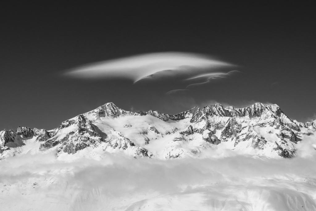 Le vent arrive sur les sommets et crée ses beaux nuages lenticulaires.
