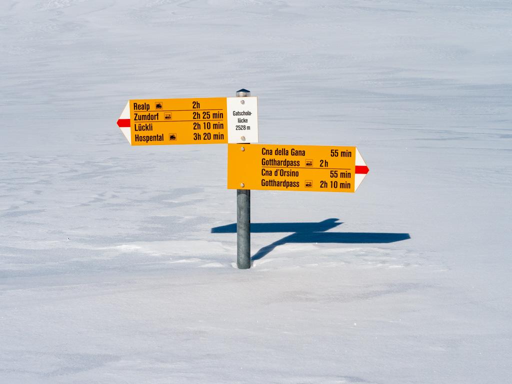 Y'a un peu de hauteur de neige. On remet les peaux pour la 4ème montée du jour.