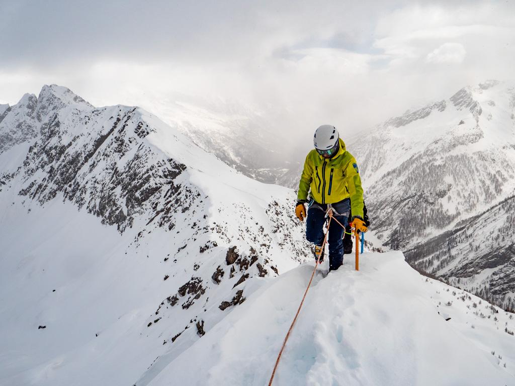 On file vers le sommet. On lâche les skis quelques mètres sous le sommet.