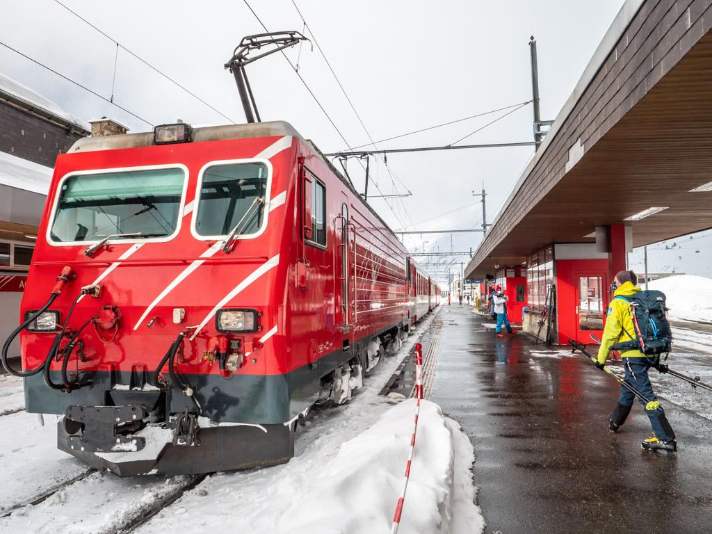 Dernier jour : on prend comme remontées mécaniques... le train ! Vous ne trouverez ça qu'en Suisse. Bravo les hélvètes d'avoir su garder ses lignes de chemin de fer dénneigée même en plein milieu de l'hiver.