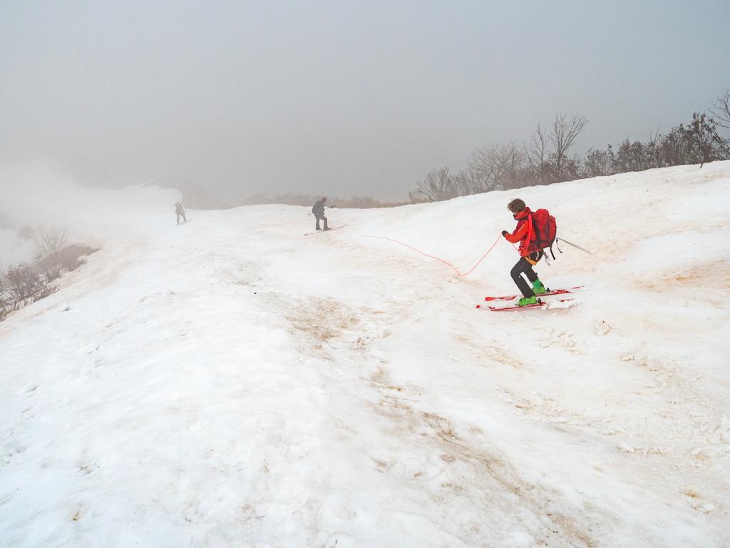 Exercice de descente à skis encordée. Pas besoin de nécessairement être sur un glacier et d'avoir beau temps pour faire ça.