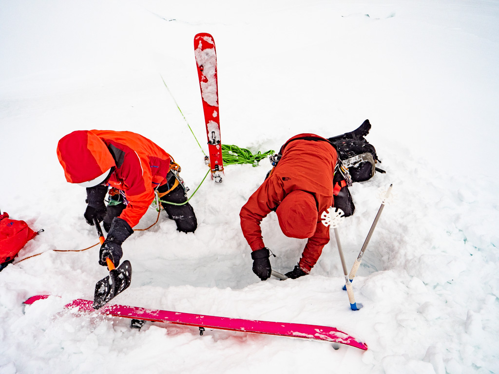Et ça creuse pour enterrer le ski et créer le corps mort.