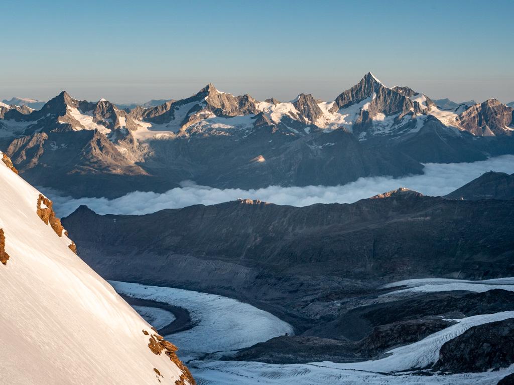 La vue commence à devenir impressionante : du Weisshorn (à droite) à l'Obergabelhorn (à gauche)